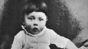 Bild: Hitler as infant / Hitler als Kleinkind